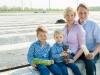 Familie Schäfer auf dem Spargelfeld