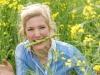 Lena Schäfer mit grünem Spargel