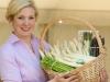 Lena Schäfer mit ihrem Lieblingsgemüse auf dem Spaargelhof Schäfer